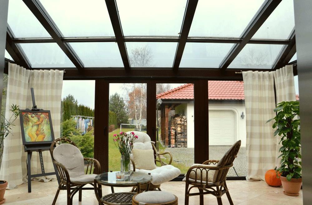 Salon z oknami i meblami